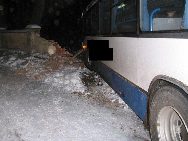 V prudkém klesání v obci Krasonice na Jihlavsku došlo k dopravní nehodě linkového autobusu.