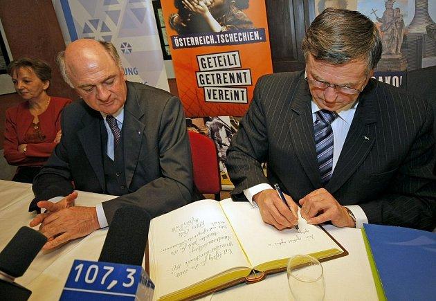 Na snímku hejtman Dolního Rakouska Erwin Pröll (vlevo)  společně s vysočinský hejtmanem Jiřím Běhounkem při kontrole příprav Dolnorakouské výstavy v Telči.