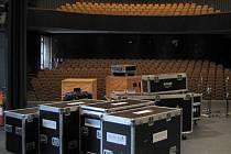 Vystoupení Karla Gotta předcházely přípravy sálu