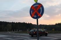 """Modrou značku kruhového objezdu někdo začátkem týdne """"ozdobil"""" oranžovým křížem. Zřejmě šlo o vandaly, kterým se křižovatka nezamlouvá."""