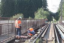 Opravy železničního mostu v Rantířově jsou v plném proudu. Lávka pro pěší je uzavřena už týden.