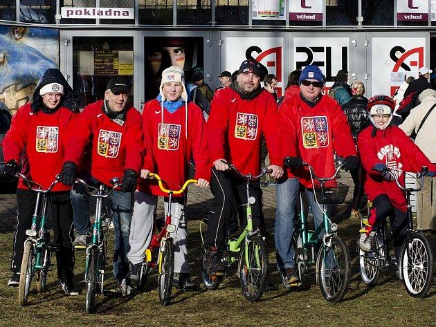 Nadšenci na skládačkách pod vedením Zdeňka Pavlase (druhý zprava) zaujali koncem loňského roku veřejnost. K pozornosti přispěly také červené dresy hokejové reprezentace.
