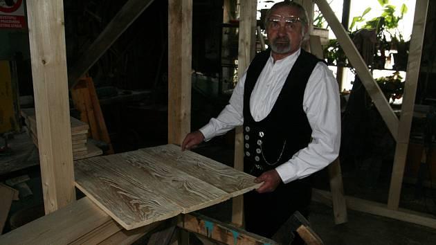 Většinu zimního období strávil tesař a památkář Karel Klouda ve své jihlavské dílně. Po svatém Josefovi, pěkně podle dávné tradice, zamíří na střechy památkových objektů.