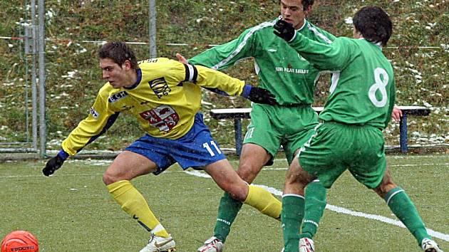 Kapitán jihlavského dorostu Luděk Procházka (ve žlutém) si v úterý připsal v dresu juniorky Vysočiny hattrick.