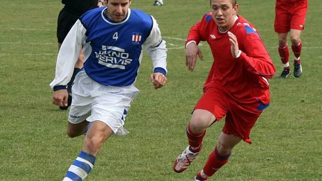 Střídající útočník Pavel Durda (v červeném) hru Třebíče sice oživil, ale na úspěch to nestačilo.