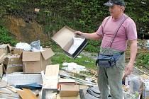 Hromadu krabic u své provozovny našel po příchodu do práce vedle svých kontejnerů majitel sběrny papíru Josef Zelenka.