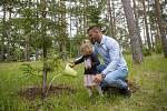 Doba bez sportu. Lukáš Krpálek s dcerou Marianou v botanické zahradě v Troji strom v rámci projektu Kořeny osobností.