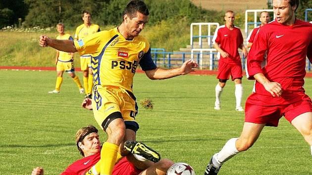 Jihlavský obránce Michal Vyskočil (ve žlutém) se těšil, že se na hřišti potká se svým bratrem Martinem, který uplynulých dva a půl roku hrál ve Zlíně. Jenže během tohoto týdne se upekl jeho odchod do slovenské Žiliny.