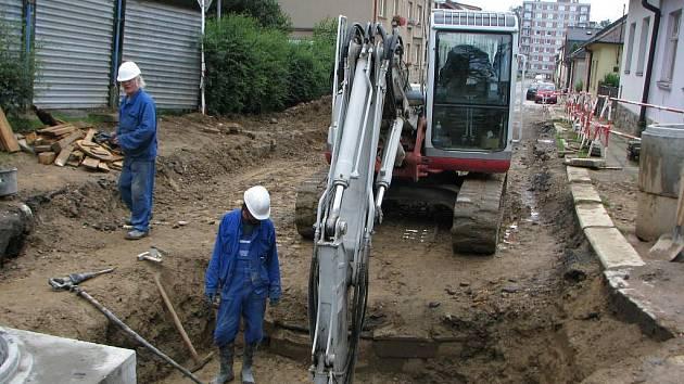 V křižovatce ulice U Cvičišti a Na Hliništi vykopali dělníci poškozenou kanalizaci a v bloku betonu (vpředu) přívod plynu pro nemocnici. Pod hlavní silnicí v křižovatce bylo třeba vyměnit vadné uzávěry.
