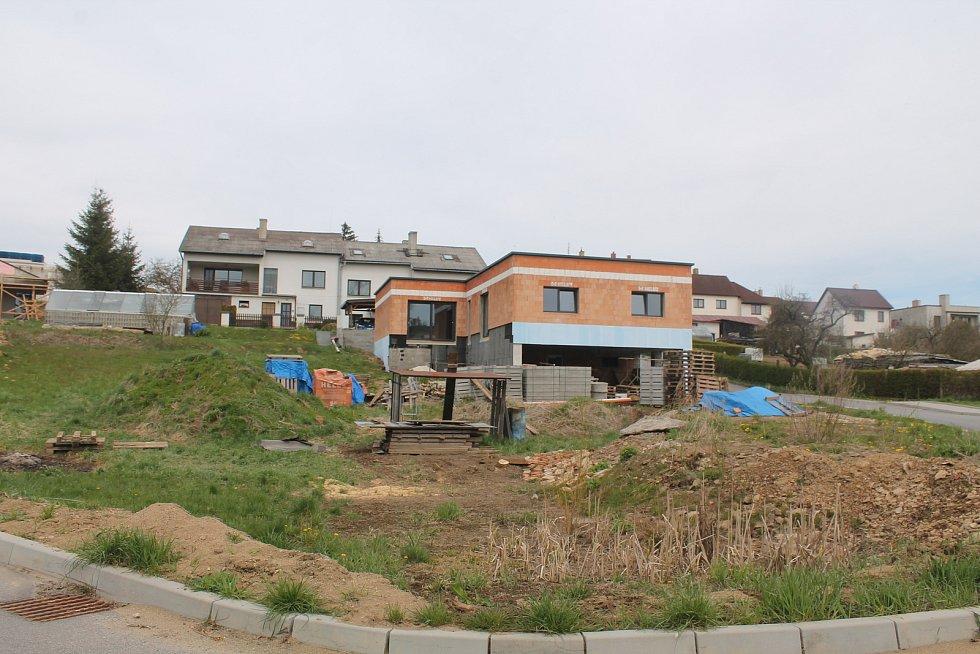 Na kraji města vyrostla v nedávné době nová čtvrť.