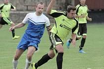 Fotbalistům Kněžic (v modrobílých dresech) se na jaře nevede. Naposledy dostali čtyři gól ve Štěpánově.