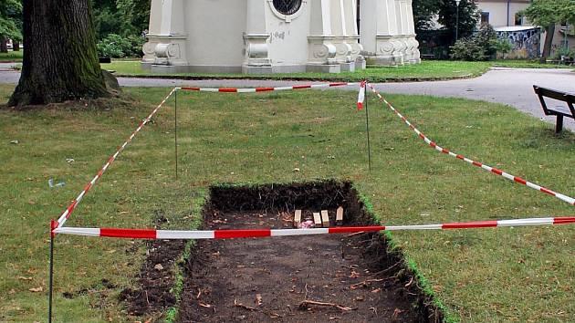 U kostela svatého Ducha ve Smetanových sadech začal archeologický průzkum.