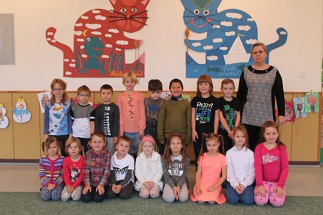 Na fotografii jsou žáci 1.C třídy jihlavské základní školy Demlova. Jejich třídní učitelkou je Eva Svobodová. Vletošním roce nastoupilo do této první třídy 20prvňáčků.