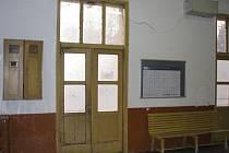 Nepřívětivý interiér čekárny městského nádraží