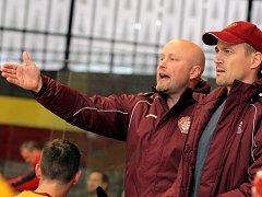 Do boje. Trenér juniorů Patrik Augusta (vlevo) a jeho asistent Viktor Ujčík jsou zvědaví, jak jejich tým sezonu zvládne.