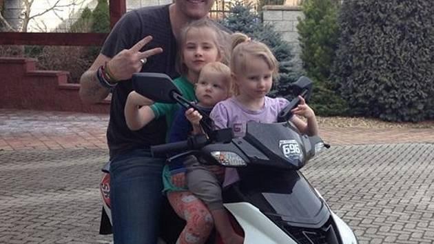 Reportér televize Nova, který přináší zpravodajství z Kraje Vysočina, se ve volných chvílích věnuje rodině. A kolikrát je to se třemi malými dětmi pořádný zápřah.