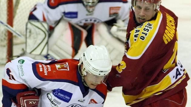 Derby s krajskými rivaly šla letos havlíčkobrodským hokejistům (ve světlém) parádně. Dvakrát porazili Třebíč, Jihlava na ně vyzrála jen v posledním ze čtyř soubojů.