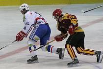 Třebíčští hokejisté (vlevo útočník David Dolníček) si po Jihlavě poradili na domácím ledě i s Havlíčkovým Brodem. Rebely zdolali především díky třem gólům v rozmezí 32. a 36. minuty 5:3.