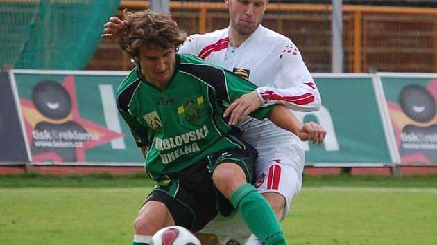 Jihlavští fotbalisté (v bílém Michal Veselý) si o víkendu zajeli do Sokolova pro remízový výsledek 0:0.