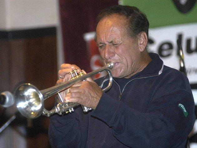 Legendární jazzový hudebník Laco Deczi.