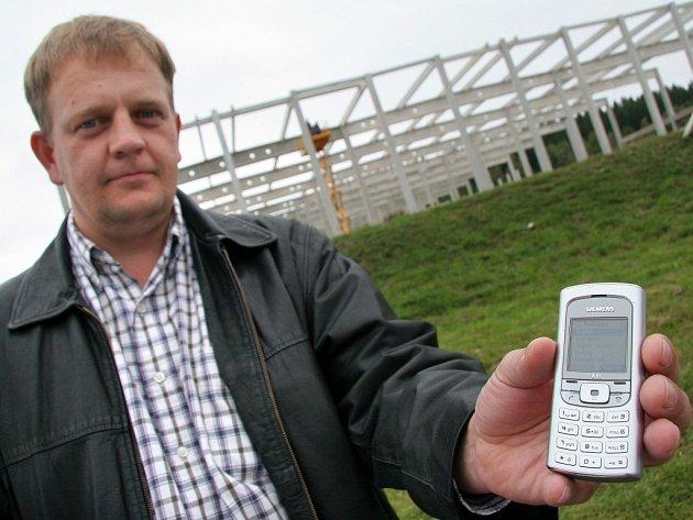 Místostarosta Jamného Aleš Weselý chytá signál na krizovém mobilním telefonu v obci jen stěží. V okrese ale Jemné není jedinou obcí, která má podobné problémy.