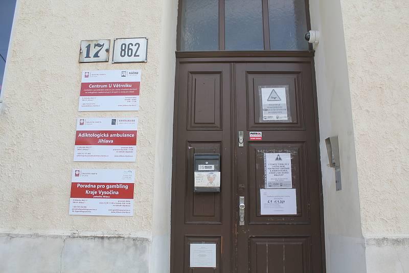 Vchod do kontaktního centra pro uživatele drog v Jihlavě U Větrníku.