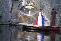 Ze Zlatých očí spadl závoj. Slavnostní odhalení poslední dokončené části Národního památníku odposlechu sochaře Radomíra Dvořáka.