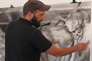 Jean-Baptiste Blocquaux maluje uhlem, používá přitom také lak na vlasy.