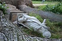 Ani socha na Starém Městě v Telči neodolala náporu ničivé bouřky, která se v pondělí večer přehnala krajem. O tom, že šlo opravdu o vážnou situaci, svědčil počet výjezdů hasičů, který se během čtyřiadvaceti hodin vyšplhal k více než 400 událostem.