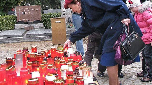 Desítky lidí také zapálili svíčku na jihlavském hlavním hřbitově pod křížem uhlavního vchodu.