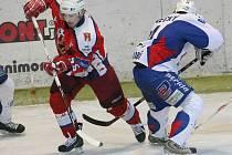 Hokejisté Havlíčkova Brodu (vlevo Vladislav Kubeš) na domácím ledě nestačili na Vrchlabí.