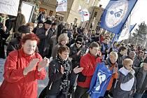 Na včerejší stávce lidé nad hlavami drželi několik transparentů a vlajky odborových svazů. Po projevech předsedů odborových svazů stávkující nadšeně tleskali. Pracovníky veřejné správy přišli podpořit i důchodci.