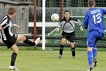 Trenér Miroslav Plíšek musí co nejdříve vyřešit post gólmana. Prioritou je podle něj setrvání dosavadní jedničky Patrika Lengála (na snímku), který má divizní zkušenosti z Rosic.