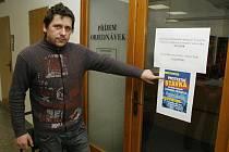 Všechny dveře jihlavského katastrálního úřadu zůstaly včera zavřeny, což přímo ve vstupní hale demonstroval pracovník úřadu Jiří Kocman. O tom, že se na pracovišti stávkovalo, navíc informovaly vylepené letáky.