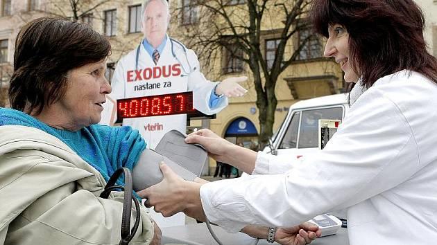 Lékaří, kteří se připojili k výzvě Děkujeme, odcházíme, protestovali v polovině listopadu v Jihlavě.