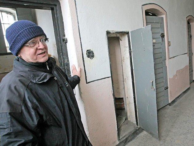 Josef Dvořák (na snímku) ukazuje unikátní budovu bývalé věznice z poloviny 19. století. V jejích prostorách mohou návštěvníci zhlédnout repliky zbraní i mučicích nástrojů.