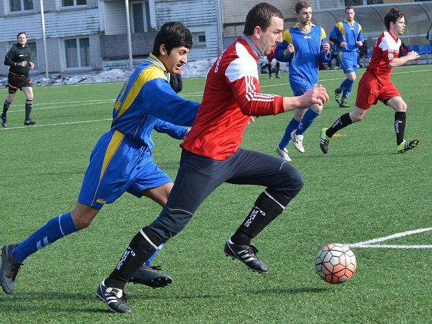 Fotbalisté Telče (v modrém) hráli proti Jemnicku druhé housle a dostali pět gólů.