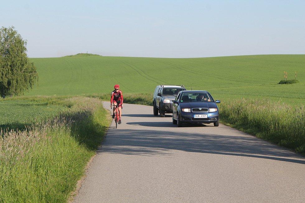 Cyklista nemusí držet hokejku ani nic jiného - prostě stačí při předjíždění přejet k opačné straně silnice.