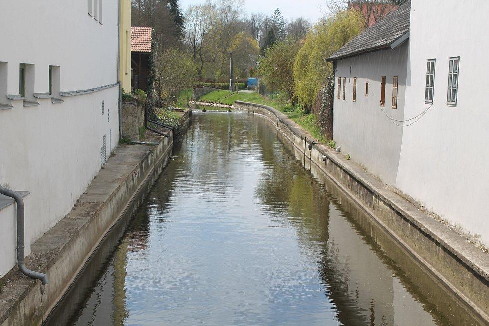 Městem protéká řeka Brtnice.