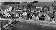 Za pásem obytných budov ve Zhoři směrem na  Polnou postupně vyrostly hospodářské i administrativní budovy Jednotného zemědělského družstva. Dnes mají zemědělci sídlo ve svých  prostorách za silnicí směrem na Žďár na Sázavou.
