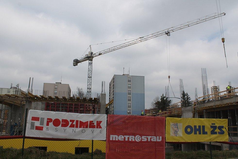 Krajský úřad staví novou budovu E pro téměř dvě stě padesát úředníků, hotová by měla být v září 2022.
