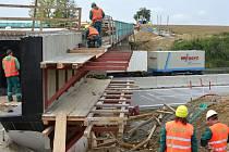 Měšínský dálniční most se měl podle původního plánu otevřít dopravě už koncem tohoto týdne. Jihlavský magistrát však na základě žádosti zhotovitele stavby prodloužil uzavírku až do 20. října.