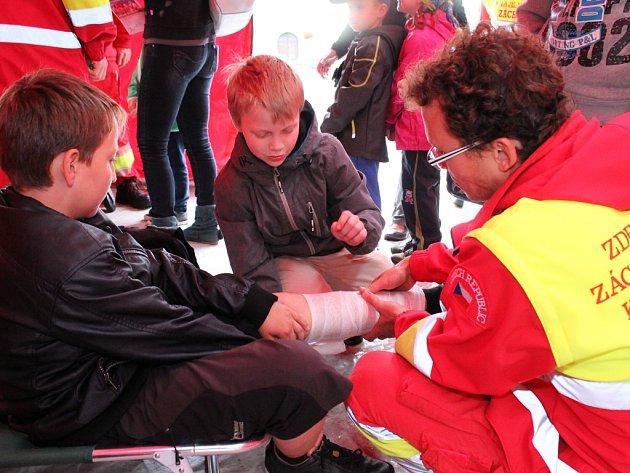 Zdravotnická záchranná služba Kraje Vysočina se na veřejnosti prezentuje často, a to s nejrůznějšími ukázkami. Cvičení v Polné tyto ukázky rozhodně předčí.