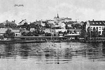 Léto kolem roku 1900 u Koňského rybníka v záběru od jihovýchodu s věžemi kostela sv. Jakuba.