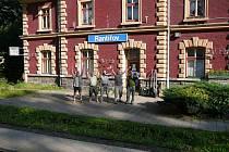 Parta kolem Jaroslava Fišera (druhý zprava) si na jaře vzala do parády rantířovské vlakové nádraží. Zasadila novou zeleň a vyčistila okolí tak, aby se zde turisté cítili dobře.