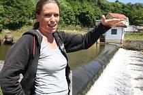 Hana Klementová z jihlavského pracoviště Povodí Moravy popisuje u jezu v blízkosti Pekárkova mlýna současnou situaci s vodou v řece Jihlavě.