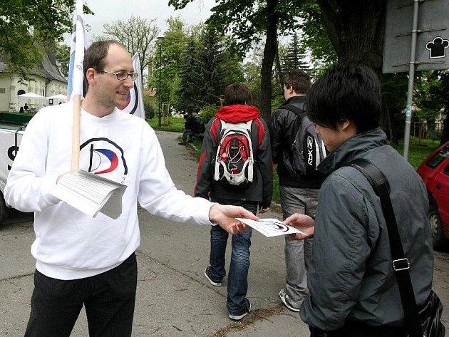 Pirátská strana jako nováček na politické scéně oslovovala mladé lidi přímo programově. Na jejích mítincích to vypadalo spíš jako na studentské party. Na mladé voliče ale útočila také reklama, do politiky je vtáhly sociální sítě.