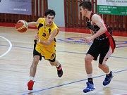 Jihlavští basketbalisté (ve žlutém) doma dlouhou dobu vedli, ale tým USK Praha B to nevzdal a tři minuty před koncem skóre otočil. Závěr ovšem patřil znovu BC Vysočina, které slavilo čtvrté vítězství v řadě.