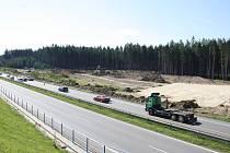 V místech budoucího mostu se silničními větvemi už se rozjely přípravné práce.