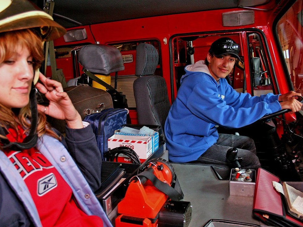 Děti byly nadšené. Ne každý den mají příležitost usednout za volant hasičského vozu, nebo si nasadit opravdovou záchranářskou helmu.